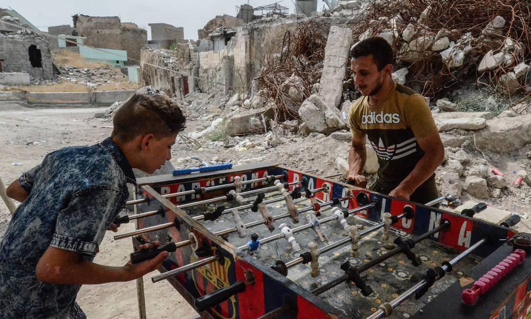 Os iraquianos jogam pebolim na cidade de Mosul, no norte do país, quando celebram o Eid al-Fitr, o fim do sagrado mês de jejum do Ramadã. Foto: ZAID AL-OBEIDI / AFP