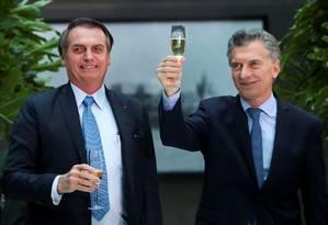 Mauricio Macri propõe brinde ao lado do presidente Jair Bolsonaro Foto: AGUSTIN MARCARIAN / REUTERS