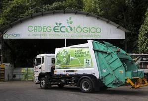 Coleta limpa. Caminhão movido a eletricidade está sendo adotado pelo Cadeg desde o início do mês Foto: Gabriela Fittipaldi / Agência O Globo