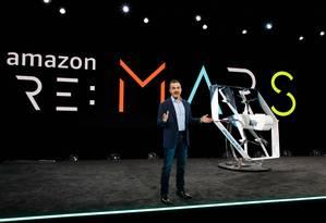 """O presidente da divisão de consumo da Amazon, Jeff Wilke, apresenta o drone """"Prime Air"""" Foto: JORDAN STEAD / AFP"""