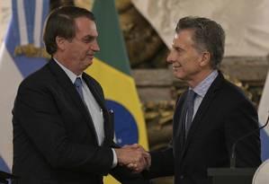 Jair Bolsonaro e Mauricio Macri se cumprimentam após encontro na Casa Rosada em Buenos Aires Foto: JUAN MABROMATA / AFP