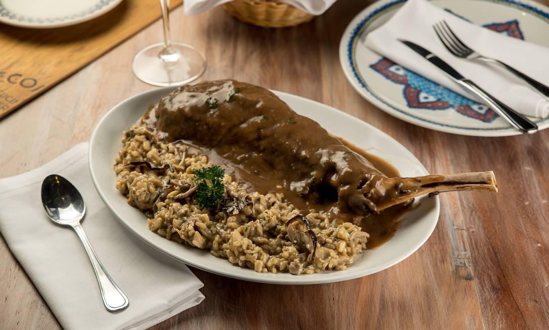 Paleta de cordeiro ao forno com risoto de funghi secchi: uma das pedidas do Pecorino Foto: HENRIQUE PERON / Divulgação