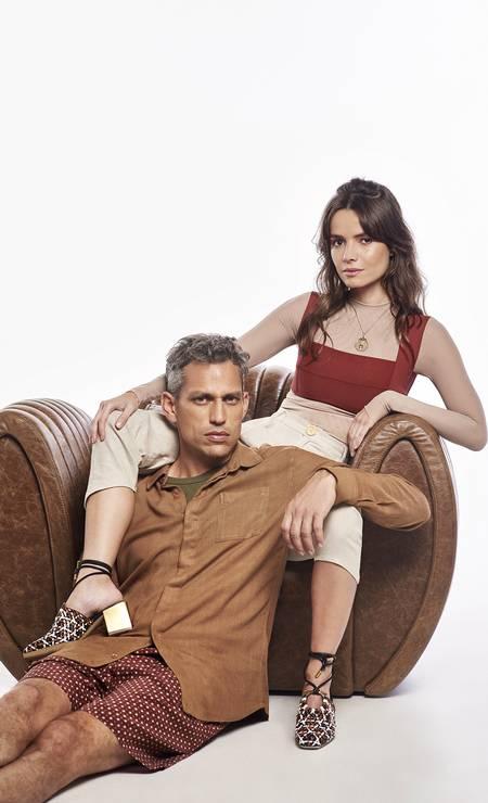 Marina Azevedo, 35 anos, fundadora e diretora criativa da marca Os/On, e Gabriel Mattar, 40 anos, diretor de filmes: juntos desde 2016. Marina usa segunda pele (R$ 248) e calça (R$ 398), ambos Os/On, top (R$ 308) Haight, colar (R$ 990) Paola Villas e sapatos (R$ 3.040) Salvatore Ferragamo. Gabriel usa camisa (R$379) Foxton, camiseta (R$49,90) Hering e bermuda (R$ 580) Handred. Foto: Foto: Juliana Rocha e Bruno Machado