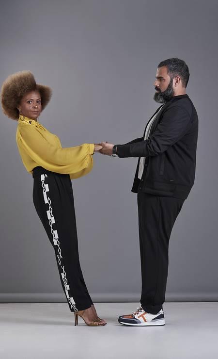 Simone Monteiro, 48 anos, formada em turismo e gestão cultural, e Luiz Compagnoni, 40 anos, chef de cozinha: juntos desde 2009. Simone usa camisa (R$ 598) e calça (R$ 1.689), ambos Animale, sandálias (R$ 799) Ateen, anel e brincos (preços sob consulta), todos Sara Joias. Luiz usa jaqueta (R$ 1.320) Hugo Boss, camisa (R$ 79,90) AD Lifestyle, calça (R$ 499) Reserva, tênis (R$ 3.355) Tod's e relógio (preço sob consulta) Hublot na Sara Joias. Foto: Foto: Juliana Rocha e Bruno Machado