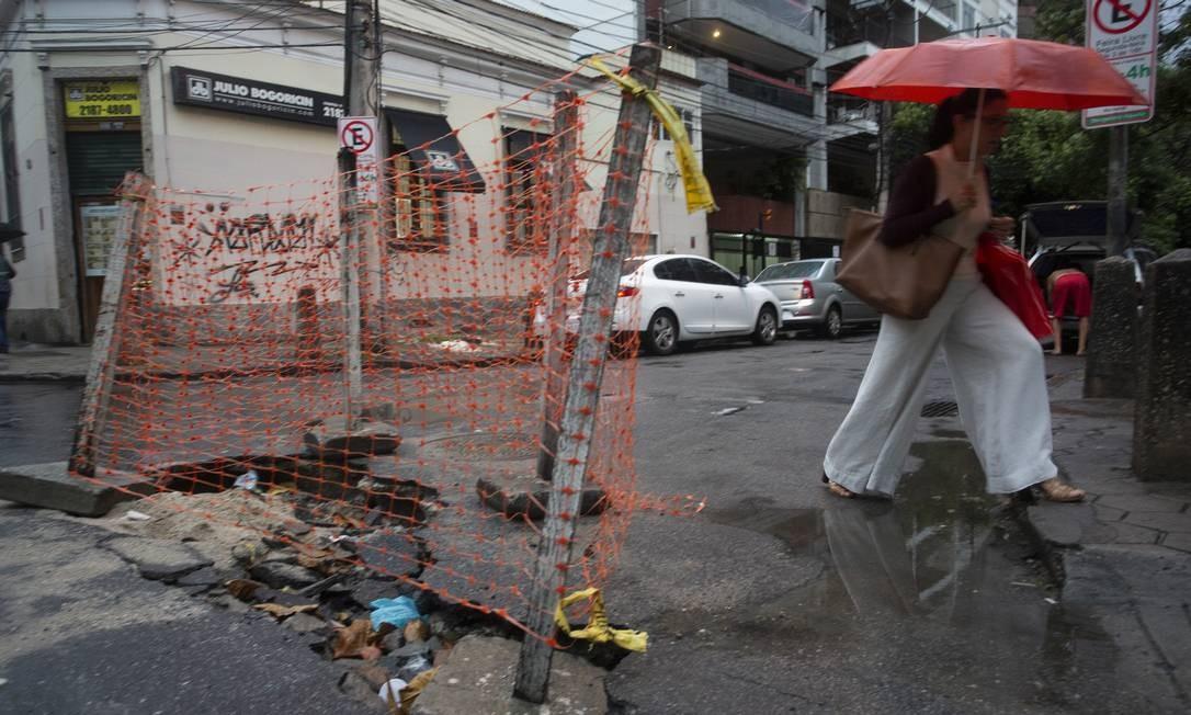 Buraco na rua Vicente Souza, em Botafogo Foto: Bruno Kaiuca / Agência O Globo