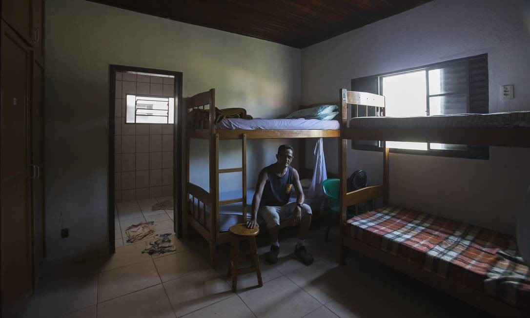 Homem em tratamento na Fazenda da Esperança, em Guaratingueta, São Paulo. Em março, por meio de dispensa de licitação, 496 comunidades assinaram contratos com o Ministério da Cidadania. O governo, com isso, financiará 25% de um total de 2 mil comunidades existente no país, — segundo estudo de 2017 do Ipea Foto: Edilson Dantas / Agência O Globo