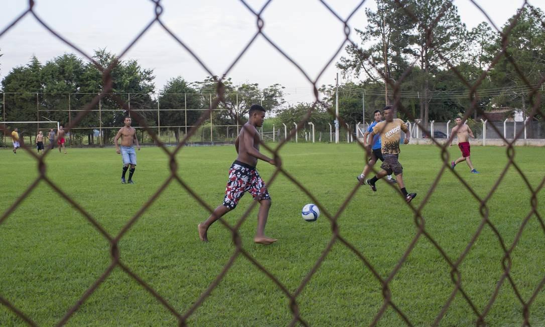 Na Fazenda da Esperança, em Guaratingueta (SP), homens em tratamento jogam bola depois do trabalho Foto: Edilson Dantas / Agência O Globo