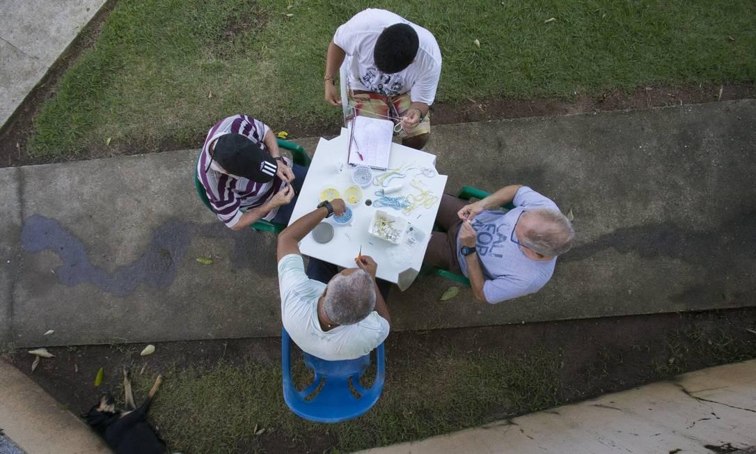 Pacientes em recuperação confeccionam terços em comunidade terapêutica em Guaratingueta, São Paulo Foto: Edilson Dantas / Agência O Globo