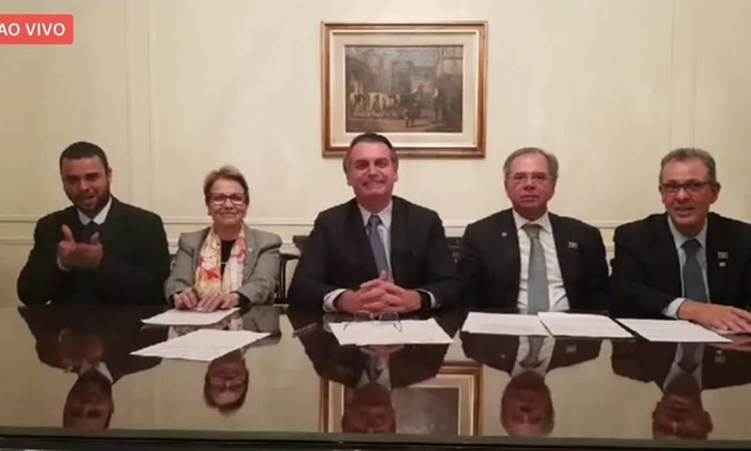 Bolsonaro participa de live com os ministros Paulo Guedes, Tereza Cristina e Bento Costa Lima Foto: Reprodução