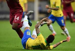 Neymar cai no amistoso entre Brasil e Qatar, na quarta-feira Foto: EVARISTO SA / AFP
