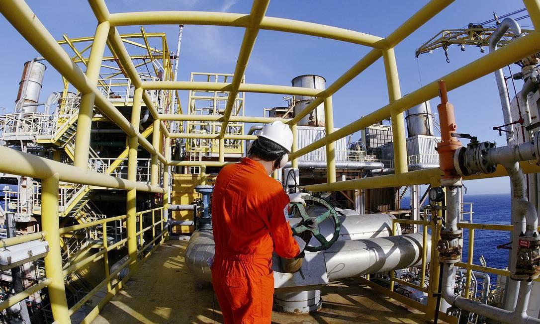 Operário na plataforma da Petrobras no Rio Foto: Divulgação / Petrobras