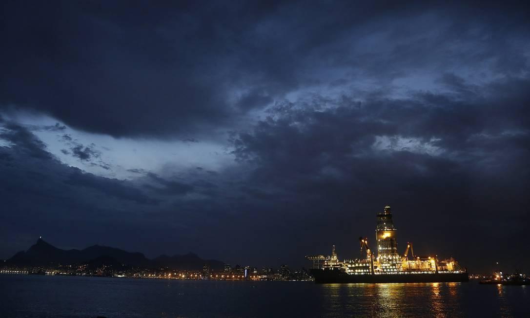 Navio plataforma Laguna Star atracado na Baía de Guanabara. Foto: Antonio Scorza / Agência O Globo
