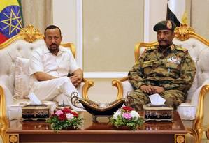 O primeiro ministro da Etiópia Abiy Ahmed, à esquerda, encontra-se com o general Abdel Fattah al-Burhan, em Cartum Foto: ASHRAF SHAZLY / AFP 7-6-19