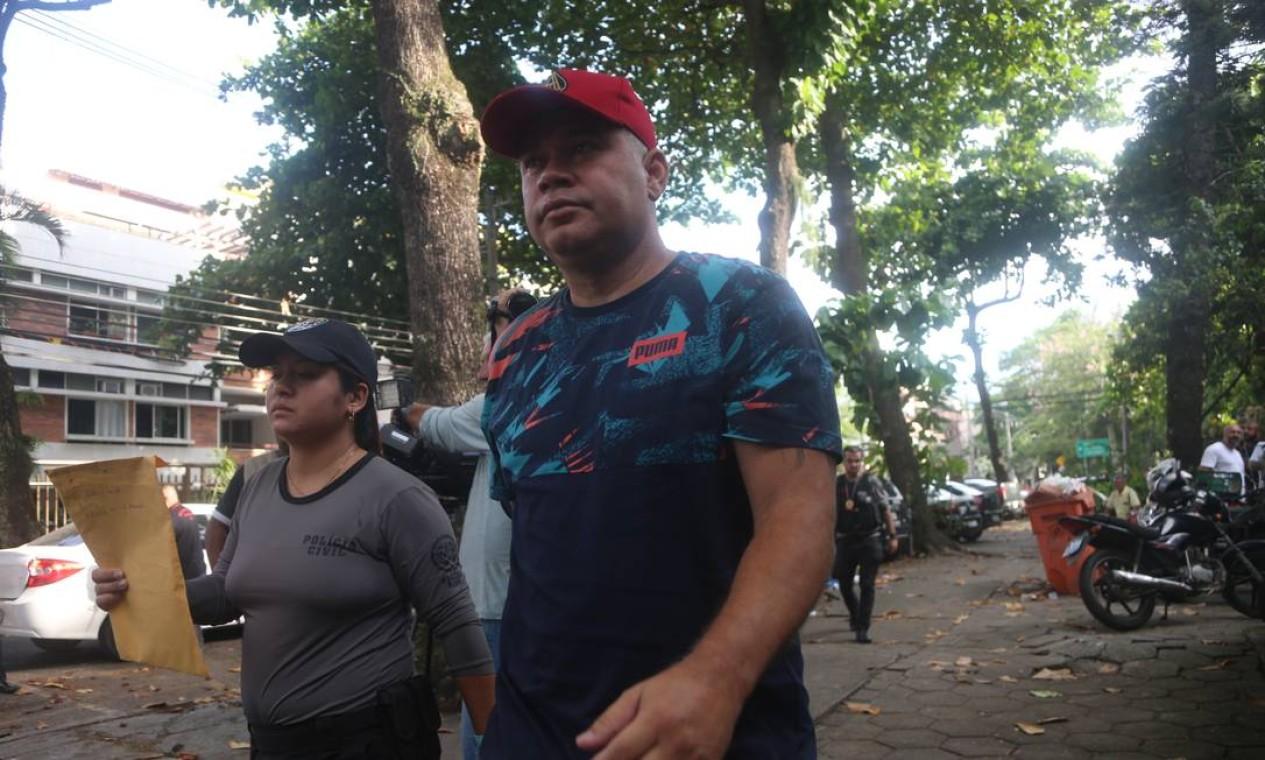 O bombeiro Maxwell Simões Correa, conhecido como Suel (de boné vermelho) prestou depoimento na Delegacia de Homicídios na Barra da Tijuca. Ele foi um dos alvos da Operação Lume Foto: Fabiano Rocha / Agência O Globo