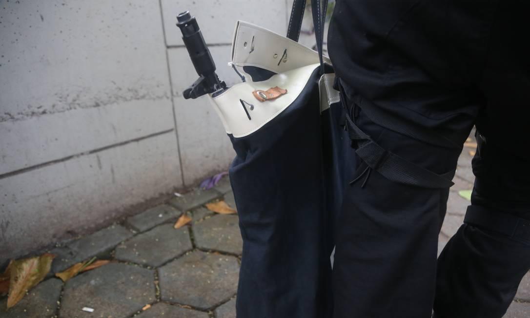Na casa de Suel, os policiais apreenderam uma réplica de fuzil e documentos Foto: Fabiano Rocha / Agência O Globo