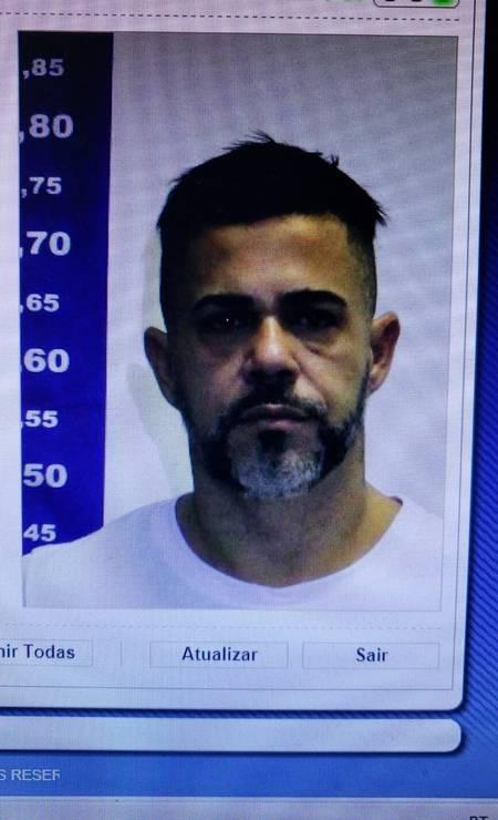 Um dos investigados na Operação Intocáveis é Jorge Alberto Moreth, conhecido como Beto Bomba. Foragido desde janeiro, ele se entregou à polícia no dia 25 de maio. Beto Bomba é ex-presidente da Associação de Moradores de Rio das Pedras, Zona Oeste do Rio, e apontado como um dos líderes da milícia que atua na região. A polícia investiga o grupo criminoso conhecido como Escritório do Crime, apontado como a mais letal e secreta falange de pistoleiros da cidade Foto: Reprodução