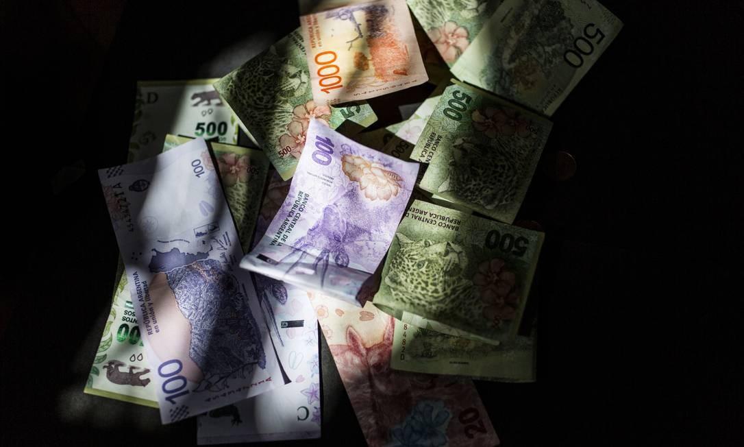 Notas de peso argentino. Moeda sofreu forte desvalorização este ano. Foto: Sarah Pabst / Bloomberg