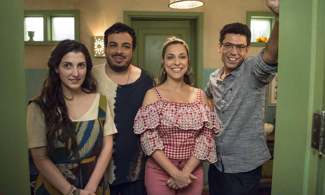 Suzete (Júlia Rabello), Hélio (Rafael Queiroga), Brita (Clarice Falcão) e Valdir (Luis Lobianco) Foto: Divulgação