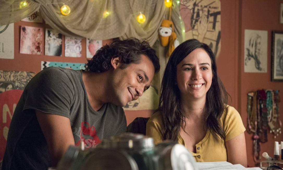 Rita (Tatá Werneck) com Enzo (Eduardo Sterblitch) ao lado Foto: Divulgação