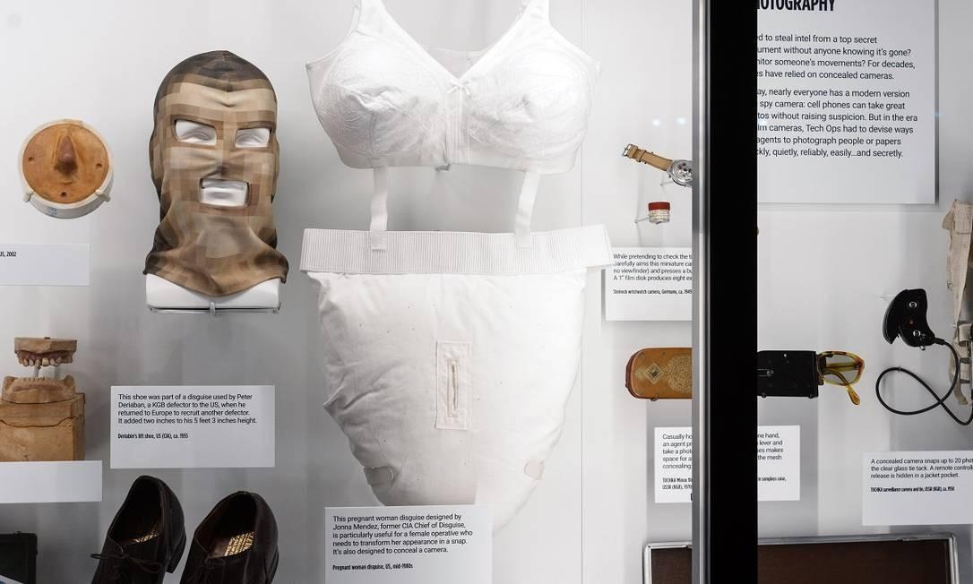 Disfarses usados por espiões também fazem parte do acervo do novo museu de Washingto DC Foto: Justin T. Gellerson / The New York Times