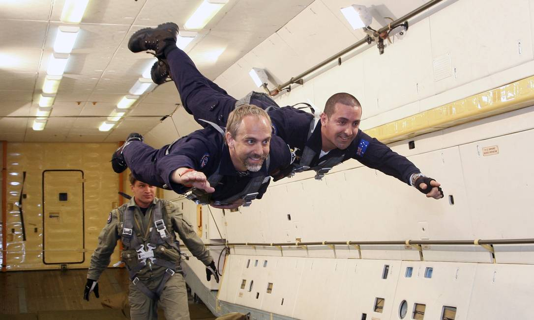 Richard Allen Garriott (esquerda) é um empresário da área de jogos eletrônicos e se tornou o sexto turista espacial ao ir ao espaço na missão Soyuz TMA-13, em outubro de 2008. A empresa que o levou, junto do programa espacial russo, foi a Space Adventures, do qual ele é diretor Foto: SERGEI REMEZOV / Reuters