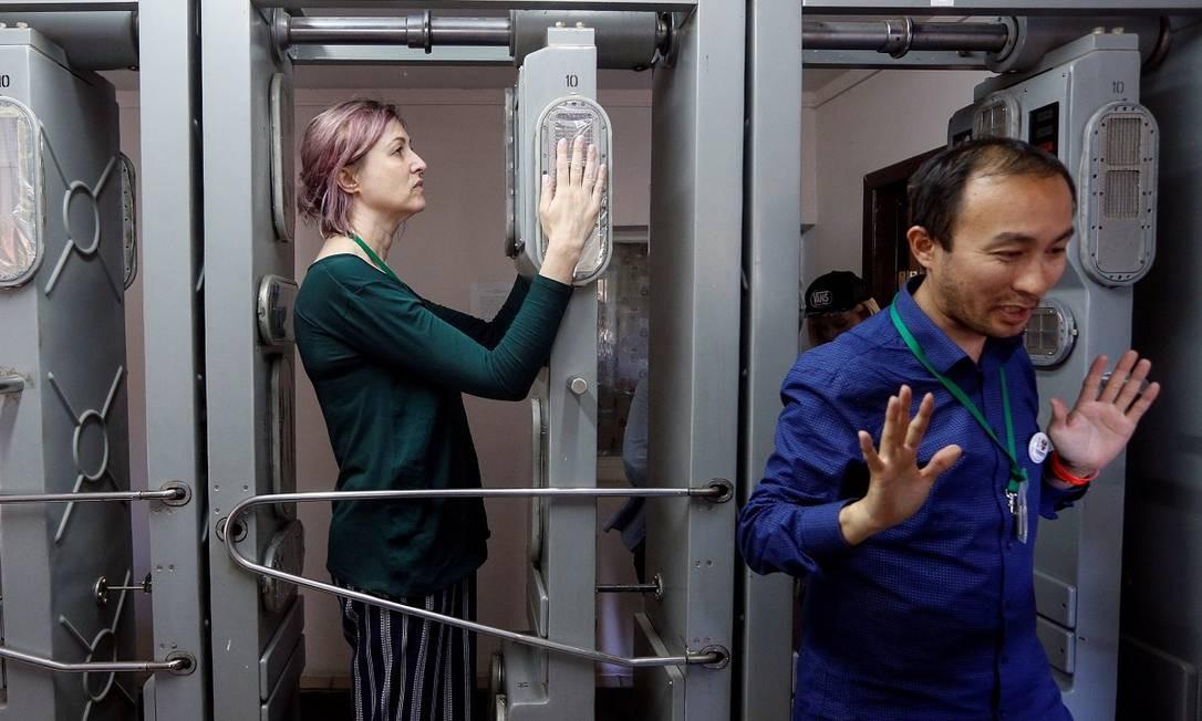 Turistas passam por um detector de radiação após visita à usina nuclear de Chernobyl Foto: VALENTYN OGIRENKO / REUTERS