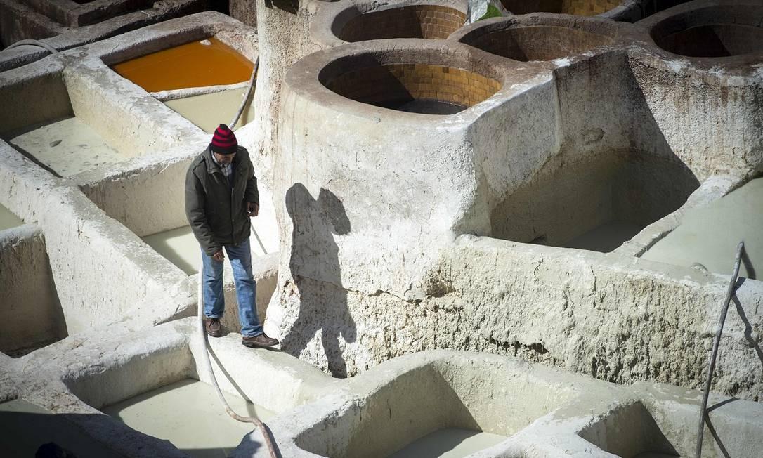 Os curtumes são uma das principais atrações da cidade, apesar dos odores que saem de seus tanques e dos produtos de couro Foto: FADEL SENNA / AFP