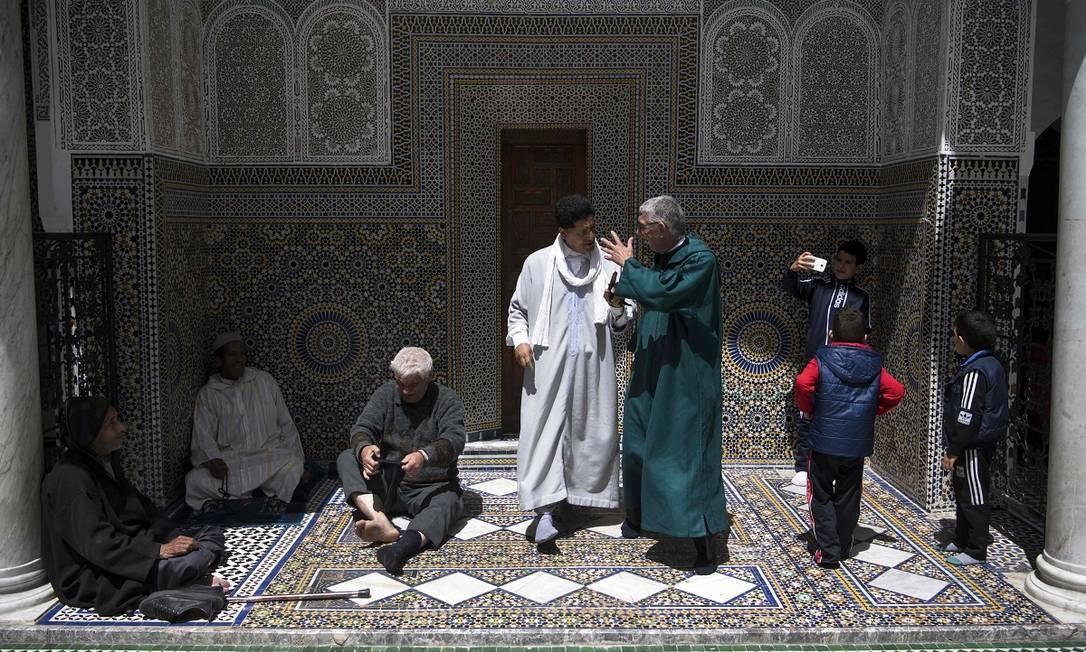 Homens reunidos no Mausoléu de Moulay Idriss II, em Fez, no Marrocos Foto: FADEL SENNA / AFP