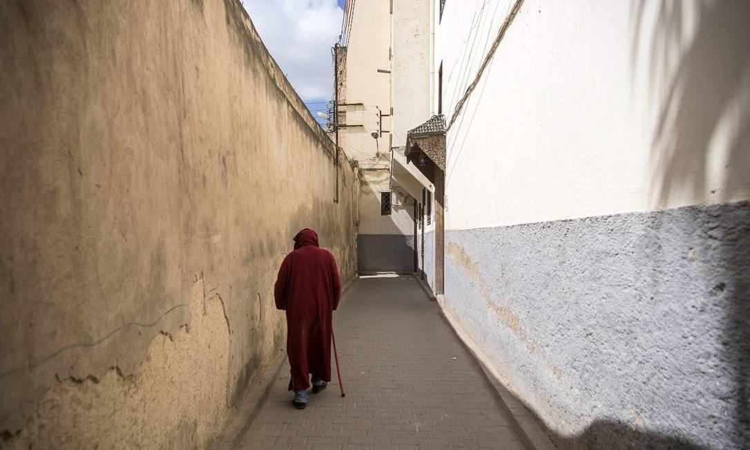 Homem caminha por uma rua estreita da medina de Fez Foto: FADEL SENNA / AFP