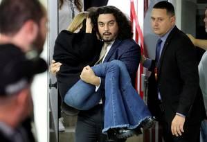 Najila Trindade de Souza é carregada por seu advogado, Danilo Garcia de Andrade, após passar mal durante o depoimento em delegacia de São Paulo Foto: AMANDA PEROBELLI / REUTERS