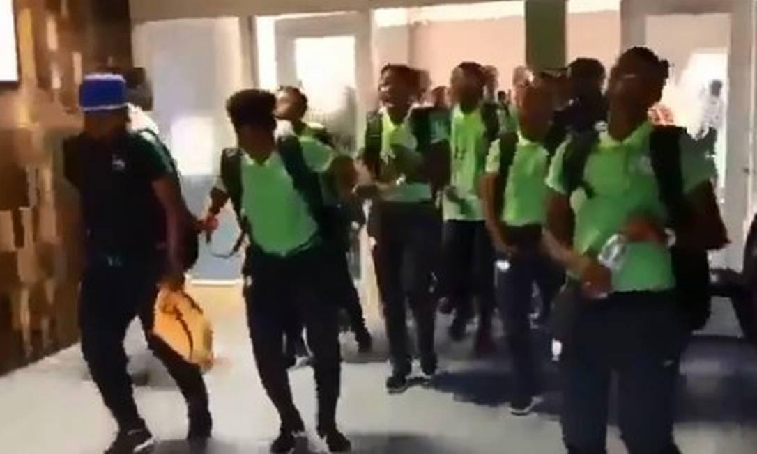 Sul-africanas chegam cantando à França Foto: Reprodução