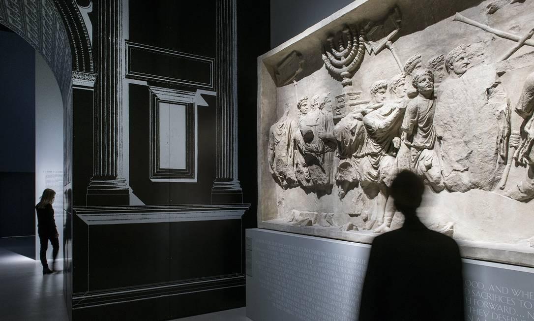 Uma réplica do Arco de Tito em Roma, que celebra a vitória romana sobre Jerusalém, é exposta no Museu Nacional do Judaísmo Italiano e da Shoah, em Ferrara Foto: Susan Wright / The New York Times
