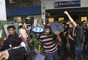 Saída. Moradores deixam o prédio no Centro carregando seus pertences Foto: Fabiano Rocha / Fabiano Rocha