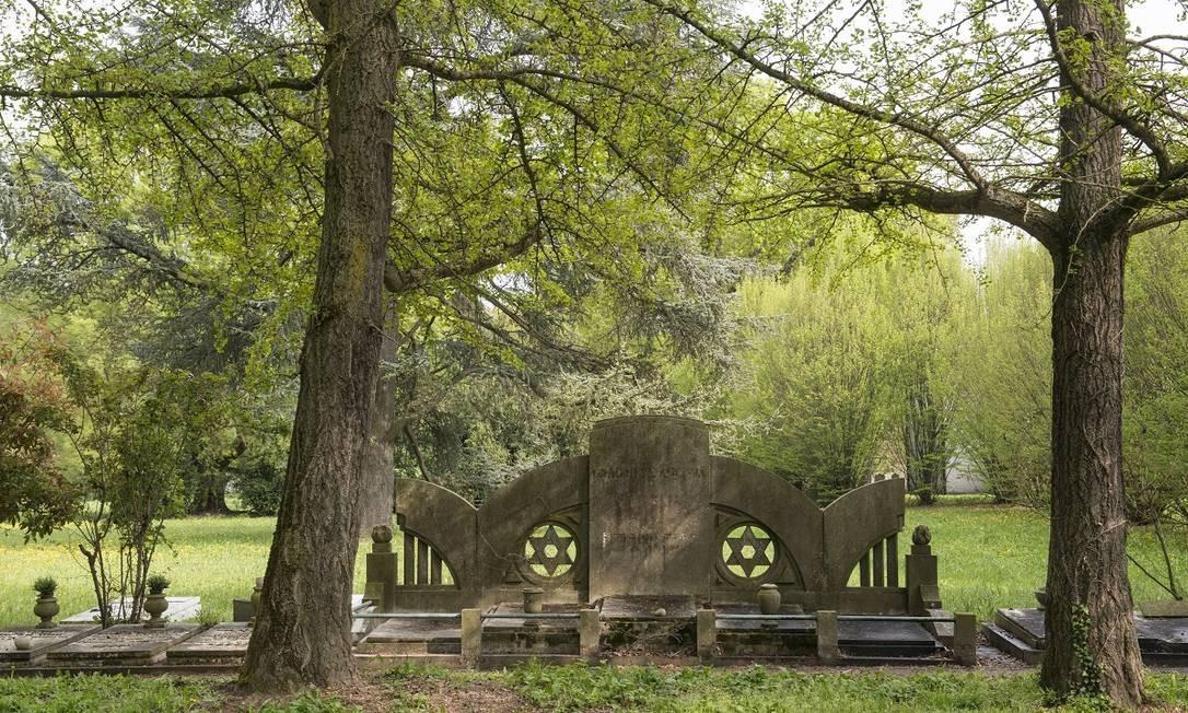 As pedras e as placas de mármore de muitas das tumbas do cemitério judaico de Ferrara foram arrancadas durante a Inquisição, no século XVIII Foto: Susan Wright / The New York Times