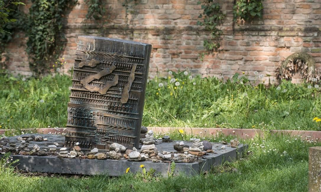 A lápide do escritor Giorgio Bassani no cemitério judaico de Ferrara Foto: Susan Wright / The New York Times
