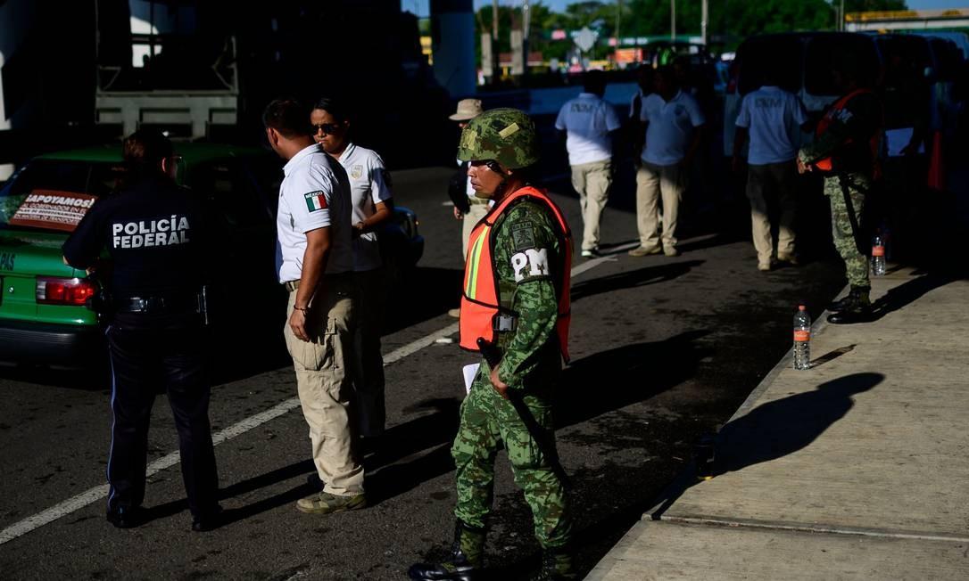 Agentes da policia militar do México e da imigração fazem inspeções na cidade de Tapachula, no sul do país. Os EUA pressionavam o México por um acordo que limitasse o número de imigrantes que cruzam o país para tentar cruzar a fronteira americana de forma irregular. Foto: Pedro Pardo / AFP