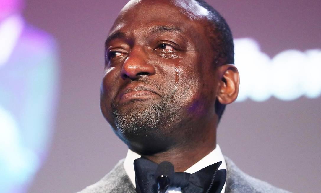Yusef Salaam chora durante homenagem em Los Angeles, Califórnia. Foto: MARIO TAMA / AFP