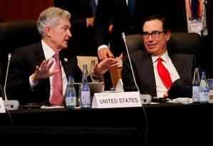 O presidente do Federal Reserve (FED, banco central americano) Jerome Powell conversa com o secretário de Tesouro dos EUA, Steven Mnuchin, durante o encontro de ministros da Fazenda e presidentes de bancos centrais em Fukuoka, no Japão Foto: KIM KYUNG-HOON / Kim Kyung-Hoon/Reuters