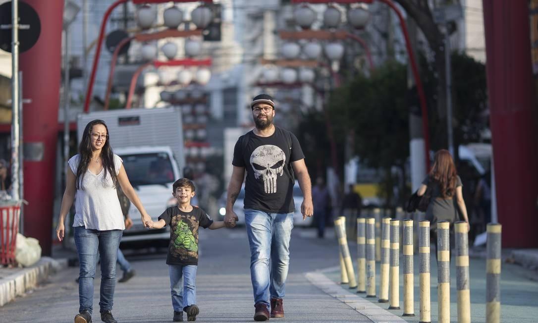 Ivelize e Felipe Vicente embarcam com os dois filhos para o Japão. Ele vai trabalhar em uma montadora, em busca de educação gratuita e de qualidade para as crianças Foto: Edilson Dantas / Agência O Globo