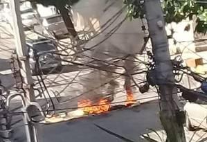 Moradores colocaram fogo em objetos após troca de tiros causada por ataque de criminosos a PMs. Uma pessoa foi baleada Foto: Reprodução