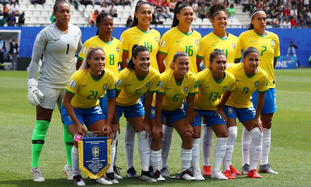 Antes da partida, o time brasileiro posa para a foto oficial Foto: DENIS BALIBOUSE / REUTERS