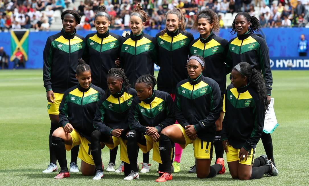 Foto oficial da seleção da Jamaica. Equipe precisou fazer vaquinha para poder participar do mundial na França Foto: DENIS BALIBOUSE / REUTERS