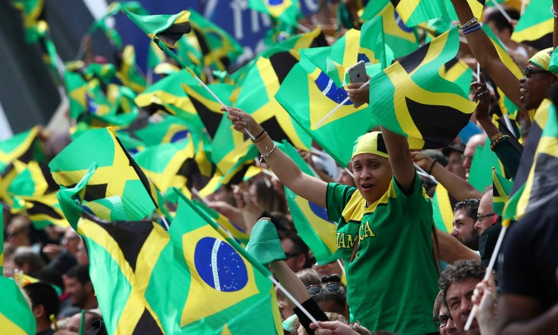 A torcida brasileira compareceu ao estádio dos Alpes Foto: DENIS BALIBOUSE / REUTERS