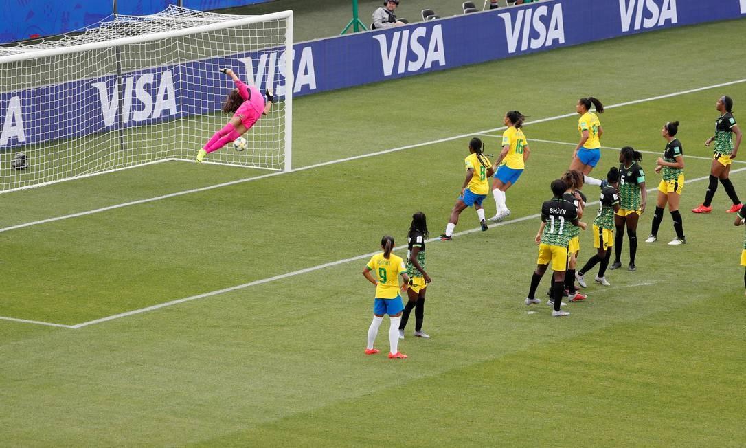 Cristiane marca o terceiro gol aos 18 minutos do segundo tempo Foto: EMMANUEL FOUDROT / REUTERS