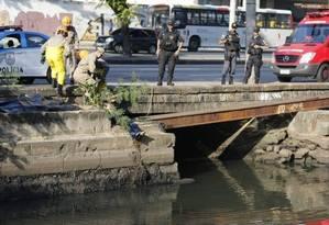 Corpo é encontrado no canal do Mangue próximo ao Sambódromo Foto: Pablo Jacob / O Globo