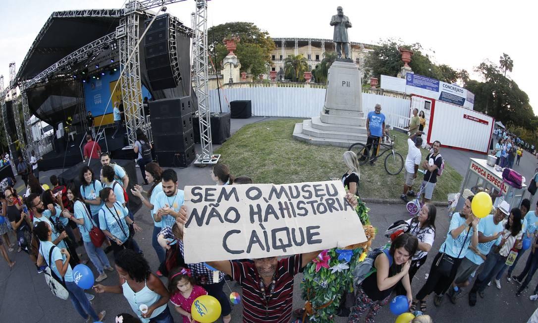 Abraço simbólico no Museu Nacional marca o primeiro aniversário da instituição após o incêndio em setembro do ano passado Foto: Roberto Moreyra / Agência O Globo