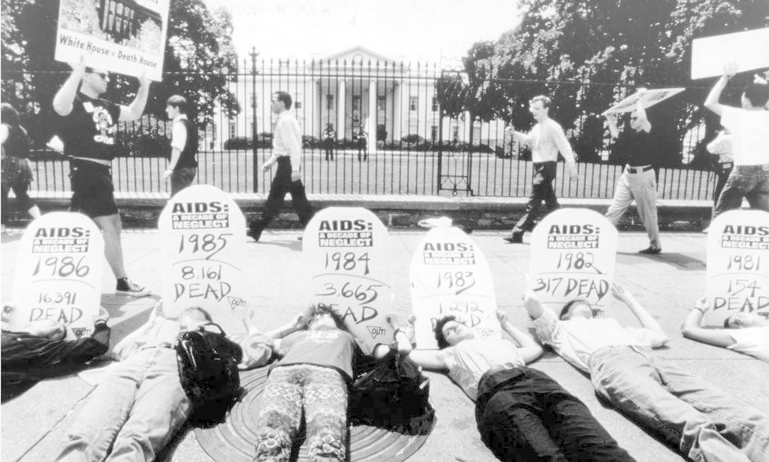 Washington (EUA) - junho de 1991 - Doença - Aids - Manifestação e protesto - Em frente à Casa Branca, protesto dos dez anos de Aids - Manifestantes deitam-se e mostram cartazes com o número de mortos em cada ano - Foto US News Foto: US News/6-1991