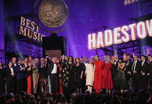 O elenco e a equipe de 'Hadestown' celebram o prêmio de melhor musical Foto: BRENDAN MCDERMID / REUTERS