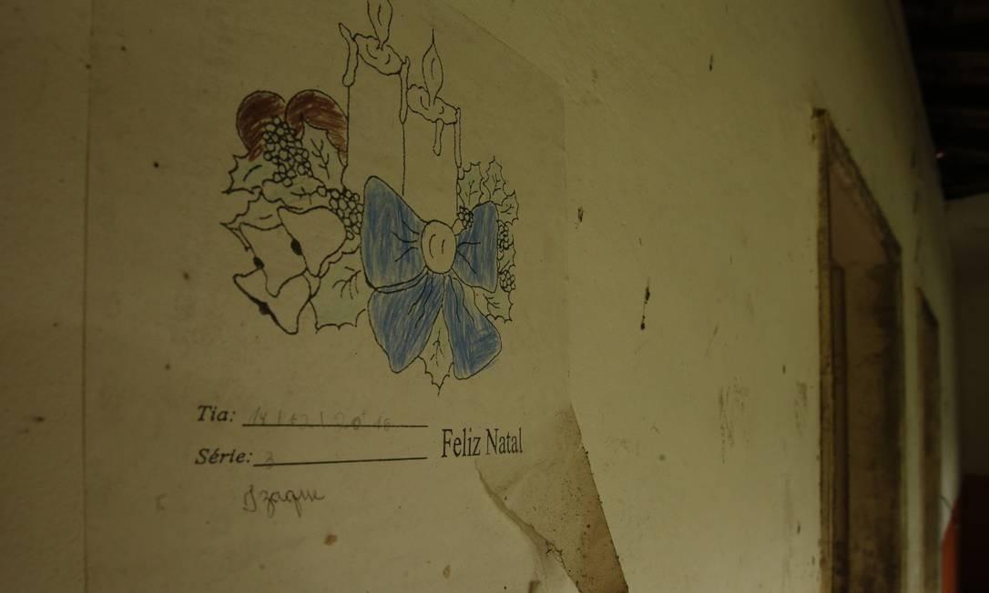 Na parede da escola Boa Sorte, no cartaz, registro do último ano de funcionamento Foto: Antonio Scorza / Agência O Globo