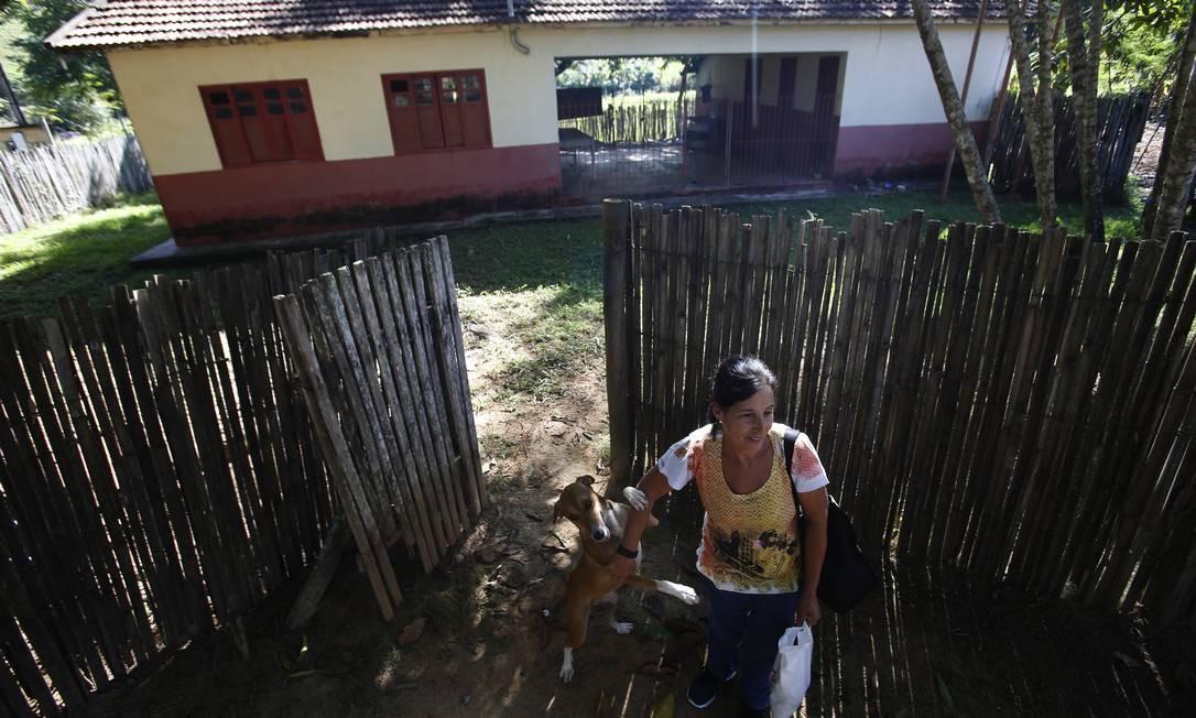 Marilene de Oliveira Eccard diante da escola fechada em São Germano, onde trabalhou como servente, no município de Santo Antônio de Pádua Foto: Antonio Scorza / Agência O Globo